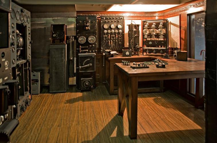 Il panfilo Elettra il laboratorio galleggiante di Guglielmo Marconi. All'interno de Museo è stata ricostruita la cabina radiotelegrafica, all'interno della quale sono stati collocati gli apparati originali scampati miracolosamente agli eventi bellici. Nel 1943 infatti la nave fu requisita dalle forze armate tedesche e adattata a neve scorta. Nel 1944 fu affondata sulla costa jugoslava. Il relitto fu in seguito recuperato, a cura dell'Amministrazione delle Poste e Telegrafi. Sono esposti un radiotrasmettitore a onde medie delle officine Marconi di Genova, usato dallo scienziato sul panfilo Elettra, e il trasmettitore a onde corte da 2 kW, costruito a Londra dalla